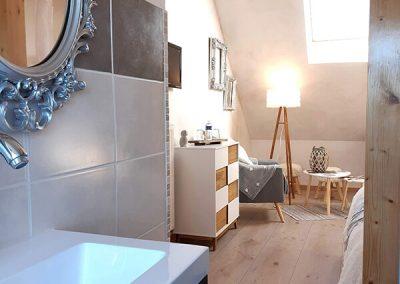 Salle de bain et salon de la chambre