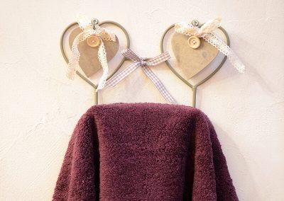 Porte-serviette avec coeurs en bois