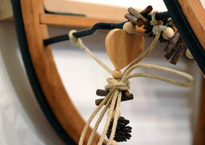 Gros plan sur la luge décorée de coeur en bois