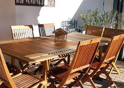 Terrasse aménagée avec table en teck